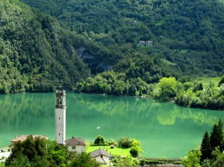 Lago do Corlo e o campanário de Rocca