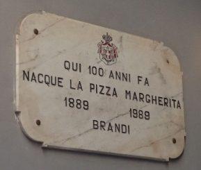 Placa na Pizzeria Brandi em Napoli
