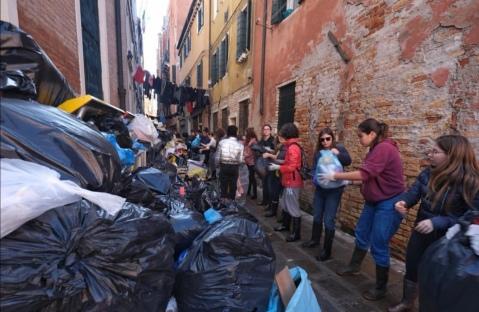 Veneza - rifiuti acqua alta (@zaiaufficiale)